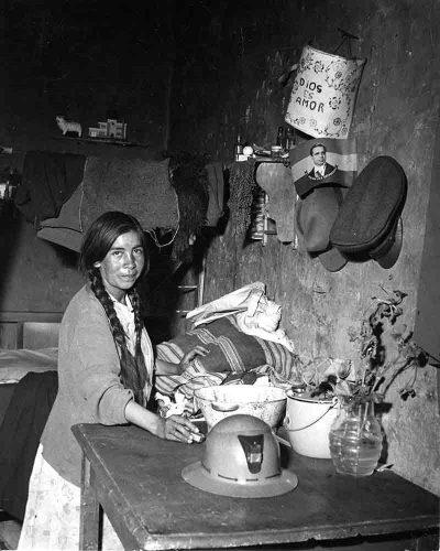 Peter Bock-Schroeder Hütte einer Bergmannsfamilie aus Patino, Bolivien 1954 © Estate Bock-Schroeder